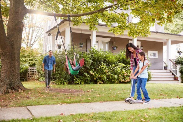 Maneras sencillas de mantener seguros a sus hijos en el patio delantero